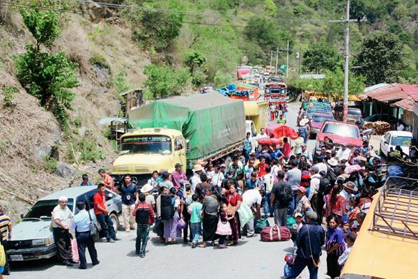 Manifestantes impiden el paso de vehículos en el kilómetro 300 de la ruta Interamericana,  en  San Pedro Necta, Huehuetenango. (Foto Prensa Libre: Mike Castillo)