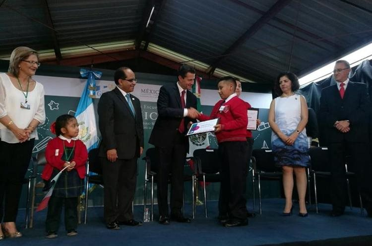 Durante la visita de Estado de Peña Nieto, se entregó reconocimientos a algunos estudiantes del lugar.