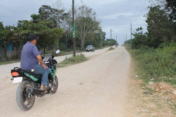 El alcalde Luis Pérez muestra el camino en el que invirtió Q800 mil, y que, según indicó, estaba valorado en Q6 millones. (Foto Prensa Libre: Walfredo Obando)