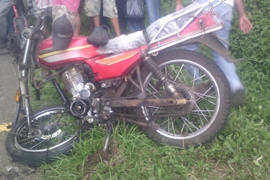 Una de las motocicletas en las que viajaban los heridos en el accidente registrado en El Asintal. (Foto Prensa Libre: Jorge Tizol)