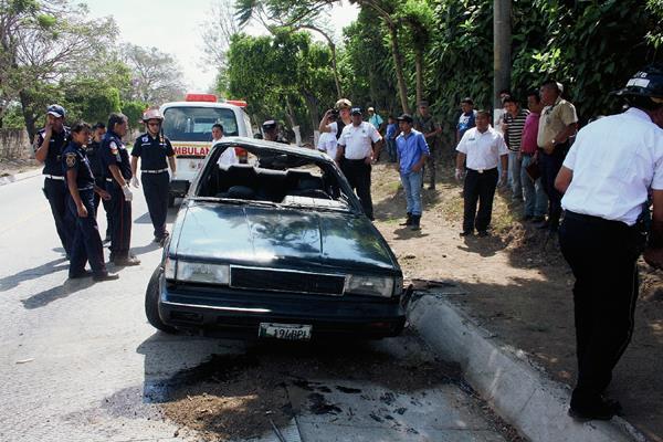El agente de la PNC que manejaba el automotor perdió el control y volcó en la ruta que de Ciudad Vieja conduce a Antigua Guatemala. (Foto Prensa Libre: Renato Melgar)
