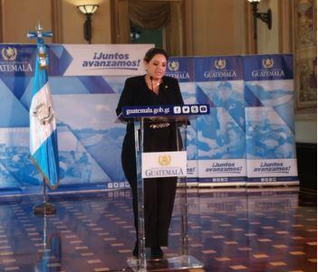La ministra de Relaciones Exteriores, Sandra Jovel, da declaraciones a la prensa al finalizar la reunión del Gabinete (Foto Prensa Libre: Andrea Orozco)