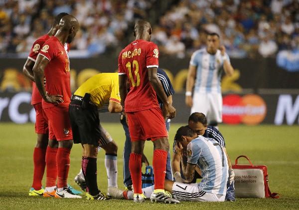 Ángel Di María debió salir por una molestia en el juego contra Panamá. (Foto Prensa Libre: AP)