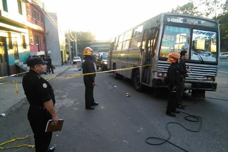 Piloto y ayudante de bus quedan ilesos en ataque armado en la zona 7. (Foto Prensa Libre: Estuardo Paredes)
