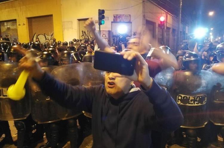 Los manifestantes usaban sus redes sociales para transmitir el momento.