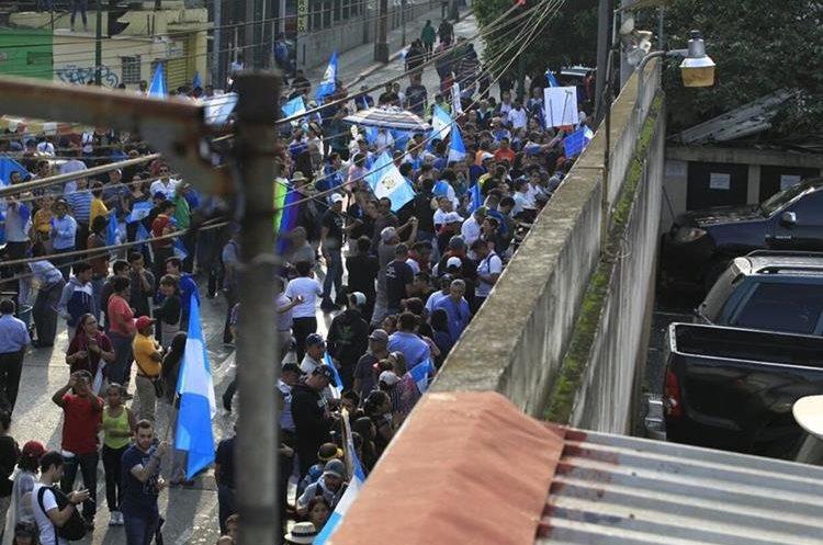 Manifestantes impiden salida de diputados