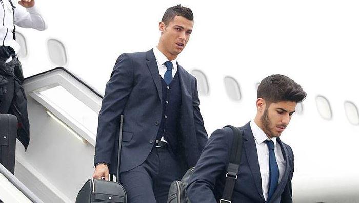 El portugués Cristiano Ronaldo baja del avión junto a su compañero Marco Asencio a su llegada a Varsovia. (Foto Prensa Libre: Real Madrid)
