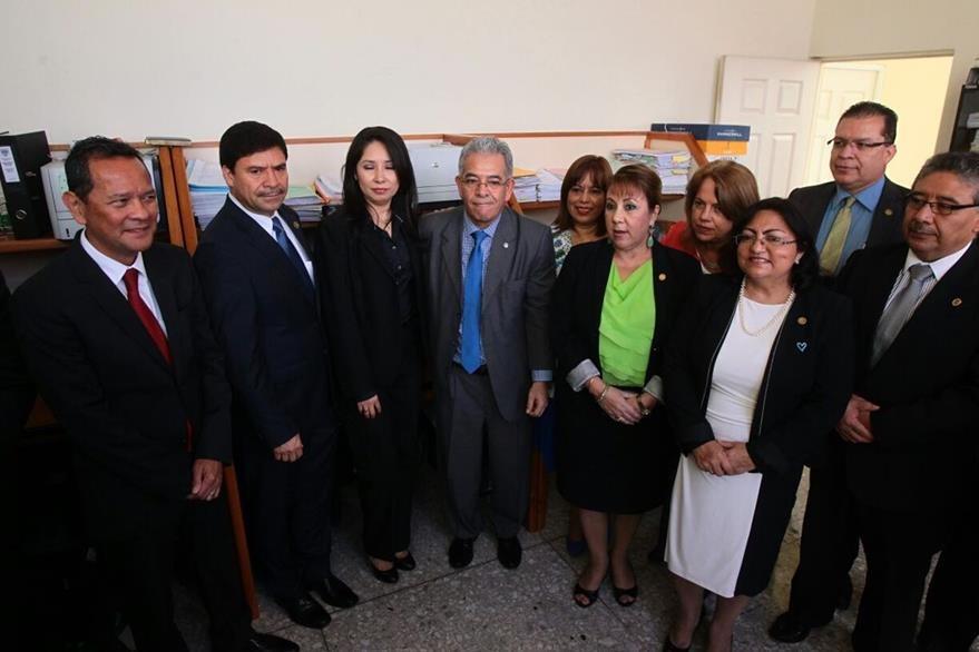 El juez Miguel Ángel Gálvez y la jueza Ericka Aifán -al centro- durante la inauguración del Juzgado de Mayor Riesgo D, junto a magistrados de la CSJ. (Foto Prensa Libre: Álvaro Interiano)