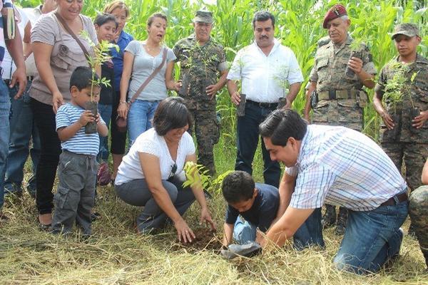 """<p>Autoridades, estudiantes y padres de familia plantan un árbol en un terreno municipal en San Francisco Zapotitlán. (Foto Prensa Libre: Danilo López). <br _mce_bogus=""""1""""></p>"""