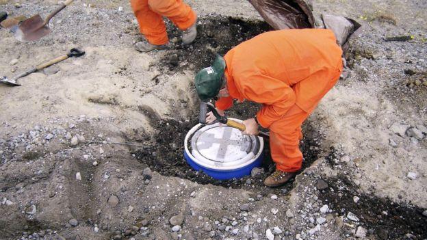La actividad sísmica se suele monitorearse con sismógrafos colocados cuidadosamente en huecos en el suelo. (USGS/SCIENCE PHOTO LIBRARY)