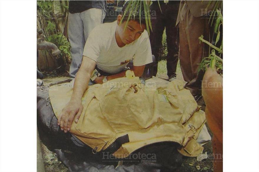 El hijo del periodista Héctor Ramírez llora sobre el cadáver de su padre. (Foto: Hemeroteca PL)