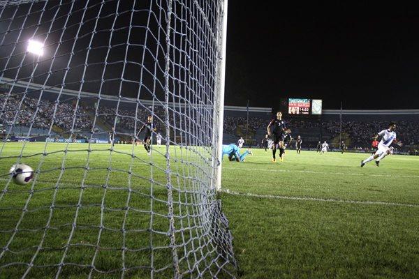 Carlos Humberto Ruiz comienza a festejar el segundo gol de Guatemala, después de vencer al portero estadounidense Tim Howard (Foto Prensa Libre: Jesús Cuque)