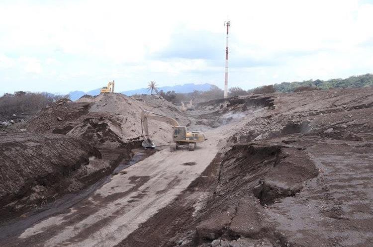 enrique paredes Maquinaria pesada ha removido más de 1.5 millones de metros cúbicos de material volcánico de la RN14. (Foto Prensa Libre: Enrique Paredes)