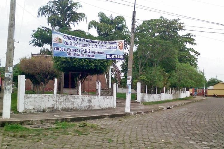 En la colonia San Andrés, Mazatenango, vecinos avisan a delincuentes, con pancartas, sobre la organización que tienen para vigilar y proteger a ese vecindario.