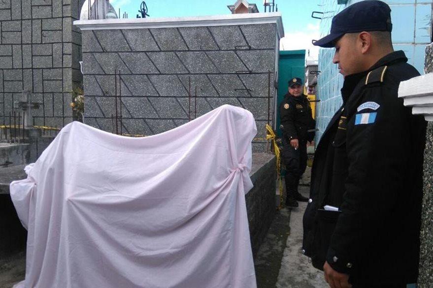 Agentes de la PNC de San Pedro Sacatepéquez, San Marcos, recaban evidencias en el cementerio. (Foto Prensa Libre: Aroldo Marroquín)