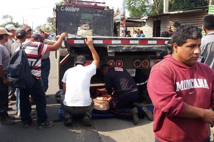 Socorristas atienden Érick Manuel Charuc en el lugar del accidente, en El Tejar. (Foto Prensa Libre: Víctor Chamalé).