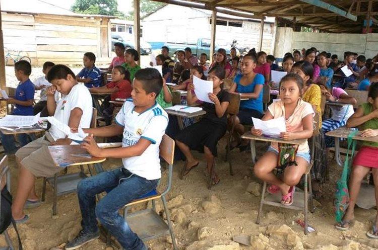 Unos 250 estudiantes reciben clases de inglés gratuitas en Sayaxché. (Foto Prensa Libre: Rigoberto Escobar)