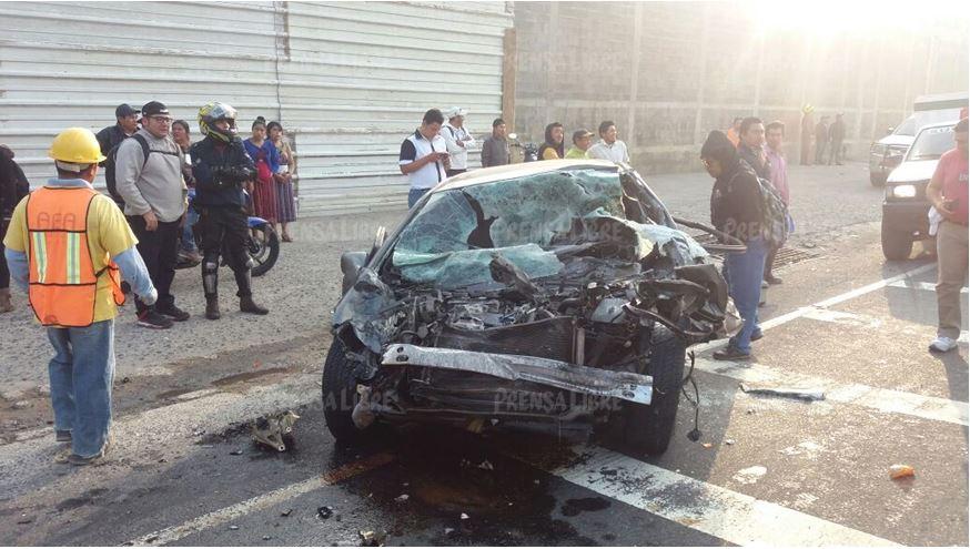Vehículo resulta con daños luego de choque con autobús y tráiler, en Sumpango, Sacatepéquez. (Foto Prensa Libre: Víctor Chamalé)