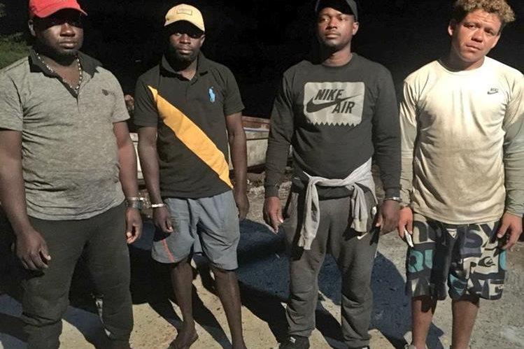 Tres colombianos y un guatemalteco fueron capturados cuando transportaban más de una tonelada de cocaína en costas de El Salvador. (Foto Prensa Libre: Fiscalía de El Salvador)