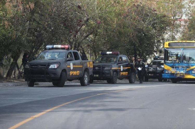 Agentes de la PNC resguardan el bulevar principal de El Búcaro, zona 12 de Villa Nueva, donde el 1 de mayo fueron ultimadas cuatro mujeres. (Foto Prensa Libre: Érick Ávila)