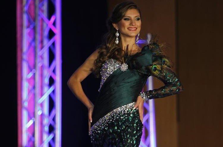 Los vestidos de noche fueron confeccionados por José Víctor López, diseñador guatemalteco. (Foto Prensa Libre: Paulo Raquec).