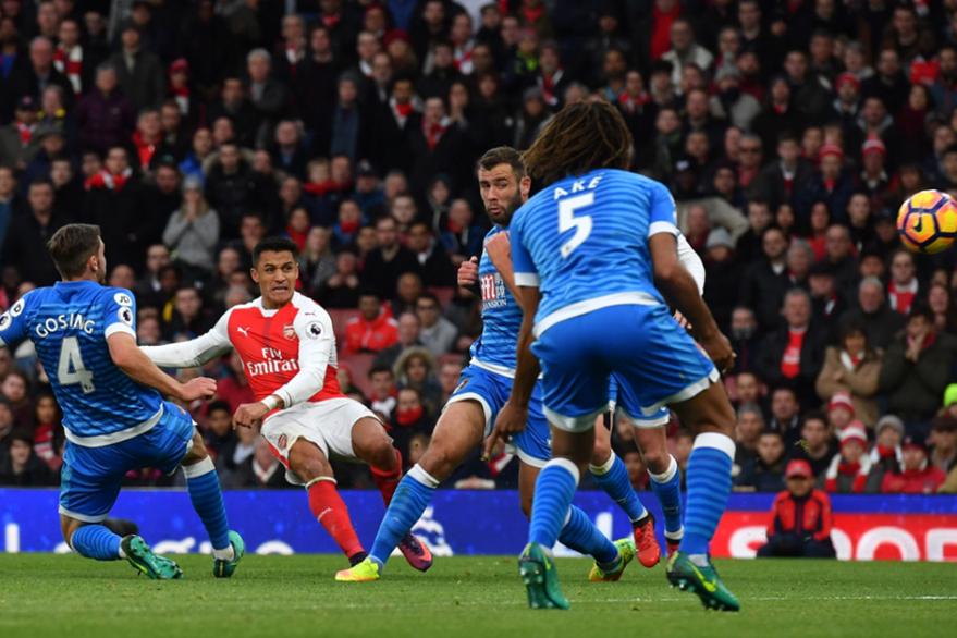 Alexis Sánchez del Arsenal fue marcado por los jugadores del Bournemouth. (Foto Prensa Libre: AFP)