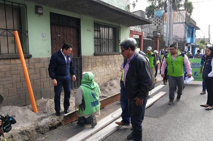 Ricardo Quiñónez, alcalde capitalino, supervisa trabajos en la zona 7. (Foto Prensa Libre: Edwin Pitán)