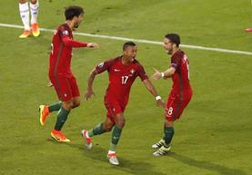 Nani celebró así el gol número 600 de la historia de la Eurocopa que significó 1-0 para los portugueses. (Foto Prensa Libre:AP)