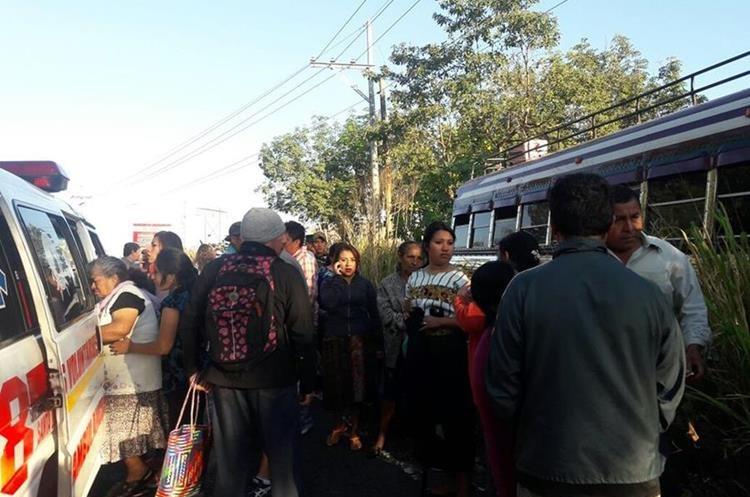 Socorristas estabilizan a los heridos, quienes sufrieron golpes y heridas en diferentes partes del cuerpo. (Foto Prensa Libre: Enrique Paredes)
