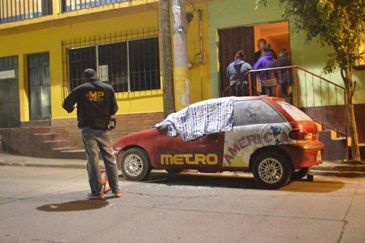 Autoridades resguardan sitio donde mataron a balazos a asesor de diputada, en Barberena, Santa Rosa. (Foto Prensa Libre: Oswaldo Cardona)
