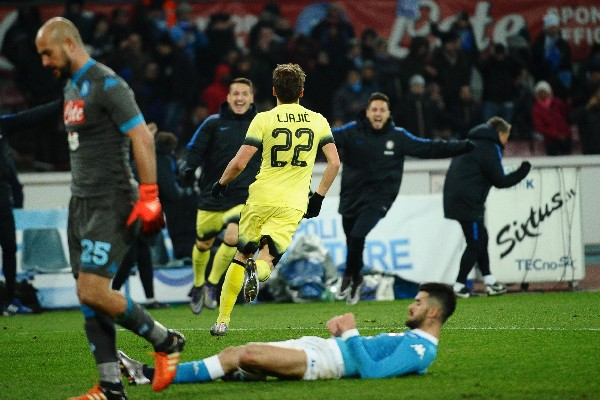 Adem Ljajic, del Inter de Milán, celebra el gol que le marcó al Nápoli, por la Copa Italia. (Foto Prensa Libre: AP)
