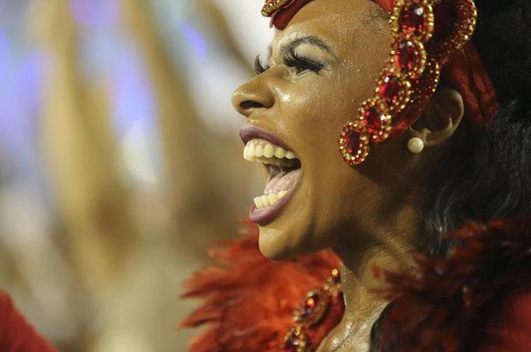 BRA69. SAO PAULO (BRASIL), 06/02/2016.- Una integrante de la escuela de samba del Grupo Especial Unidos de Vila Maria, desfila hoy, sábado 6 de febrero de 2016, en la celebración del Carnaval de Sao Paulo, en el sambódromo de Anhembí en Sao Paulo (Brasil). EFE/SEBASTIÃO MOREIRA