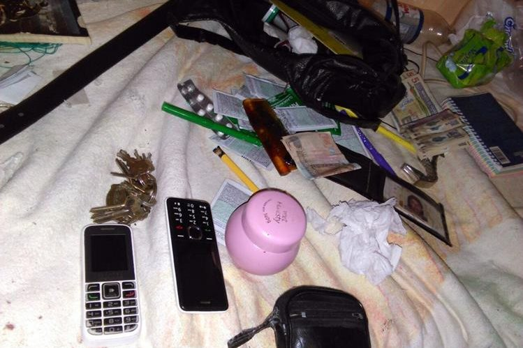Teléfonos celulares, dinero en efectivo y tarjetas de débito y crédito de la víctima se encontraron en el escenario del crimen. (Foto Prensa Libre: Hugo Oliva)