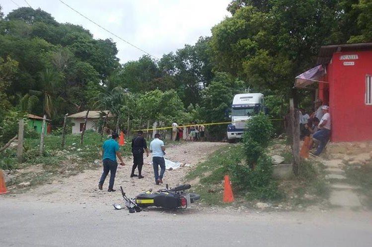 Agentes de la PNC resguardan el lugar donde fue hallado el cadáver de un hombre, en San Benito, Petén. (Foto Prensa Libre: Rigoberto Escobar)