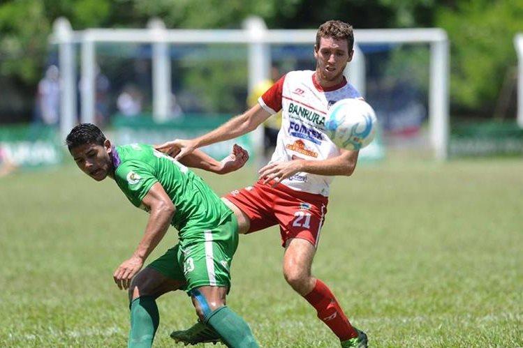 Alejandro Galindo, de Antigua GFC trata de quedarse con el balón tras la marca de ablo Solórzano durante un partido frente a Mictlán. (Foto Prensa Libre: Hemeroteca PL)