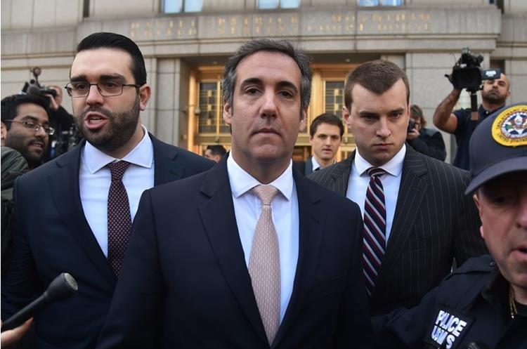 El abogado personal de Trump, Michael Cohen (c) abandona el juzgado en  Nueva York por el caso de la exmodelo Karen McDougal, el 26 de abril de 2018. (AFP).