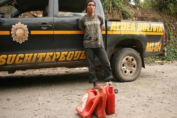 """<p>Uno presunto ladrón de combustible fue aprehendido cuando huía con varios recipientes en una finca en Suchitepéquez. (Foto Prensa Libre: Felipe Guzmán)<br _mce_bogus=""""1""""></p>"""