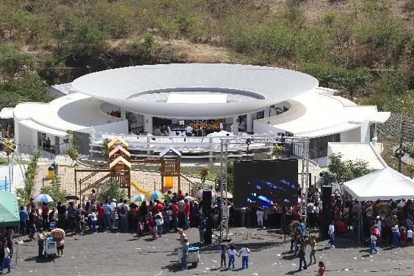 Vista de la escuela construida con fondos del cantautor en San Agustín Acasaguastlán.