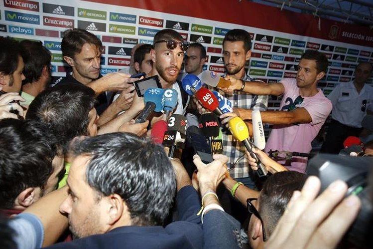 Sergio Ramos, responde a las preguntas de la prensa, a su llegada a la Ciudad del Futbol de Las Rozas, Madrid. (Foto Prensa Libre: EFE)