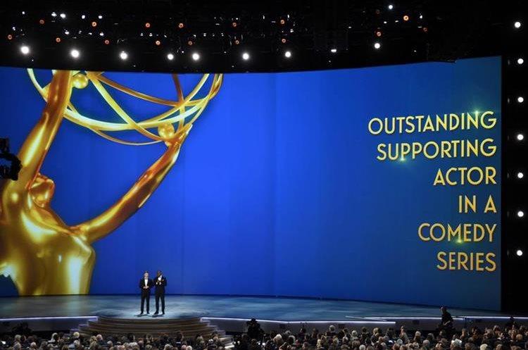 Los presentadores Colin Jost y Michael Che, en el Microsoft Theatre (Foto Prensa Libre: AFP).