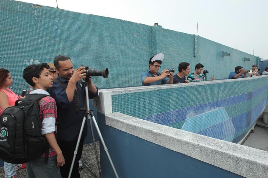 Los fotógrafos comparten sus conocimientos con otros integrantes del evento. (Foto Prensa Libre: Ángel Elías)