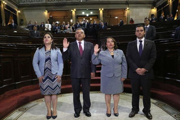Flor de María Chajón y Marco Antonio Orozco - al centro - al momento de ser juramentados como representantes del Congreso ante la Junta Monetaria. (Foto Prensa Libre: Congreso).