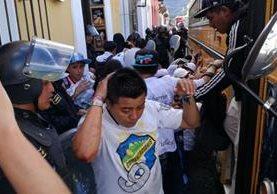 Al menos 60 detenidos por disturbios afuera del estadio Pensativo. (Foto Prensa Libre: Miguel López)