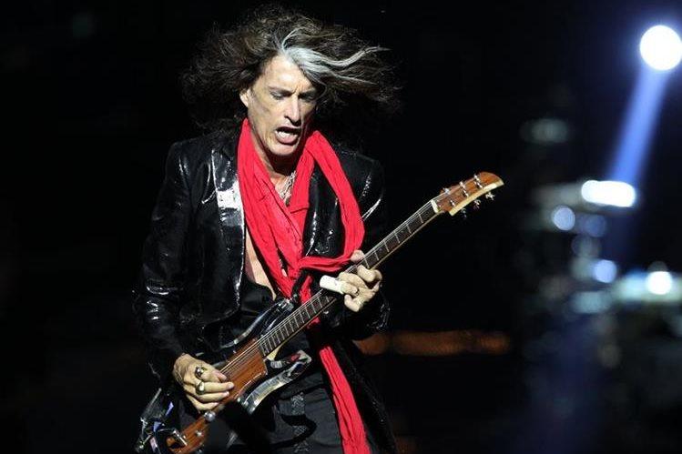Regularmente Joe Perry toca con el grupo Aerosmith, pero también colabora con la banda Hollywood Vampires. (Foto Prensa Libre: AP)