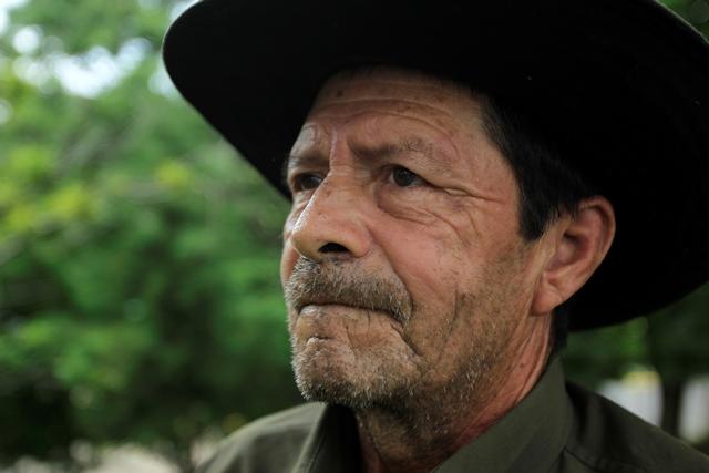 Cristóbal lleva 40 años manteniendo los jardines de la Universidad Rafael Landívar, en zona 16. (Foto Prensa Libre: Carlos Hernández Ovalle
