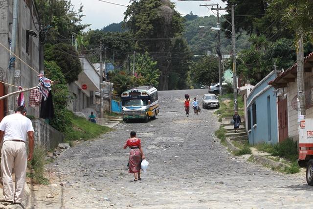 La calle actual está en malas condiciones. (Foto Prensa Libre: Estuardo Paredes)
