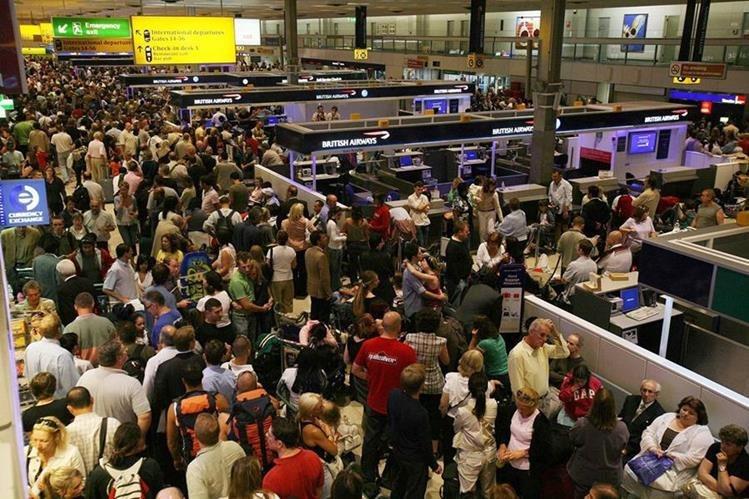 Aglomeración en el aeropuerto Gatwick, de Londres, por retraso en salida de vuelos el 10 de agosto de 2006. (Foto: AP)