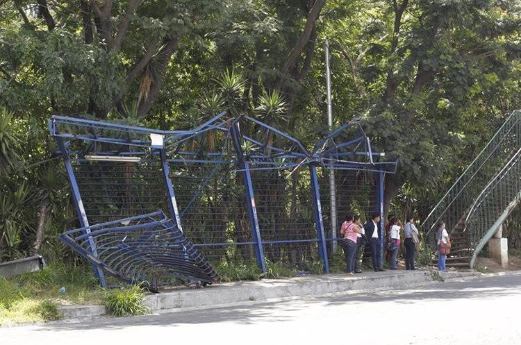 El sistema de Transurbano ha mostrado varias deficiencias, una de ellas es la falta de reparación de las paradas. (Foto Prensa Libre: Hemeroteca)