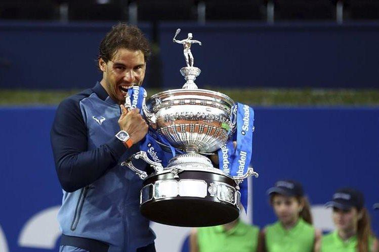 El tenista español Rafael Nadal, vencedor de su torneo 49 sobre tierra batida el domingo en Barcelona, recortó la distancia con el suizo Stan Wawrinka. (Foto Prensa Libre: AFP)