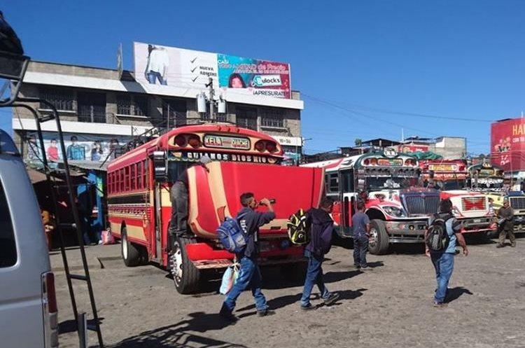 Varios usuarios de Santa Cruz del Quiché trasbordan para llegar a sus lugares de trabajo. (Foto Prensa Libre: Héctor Cordero)